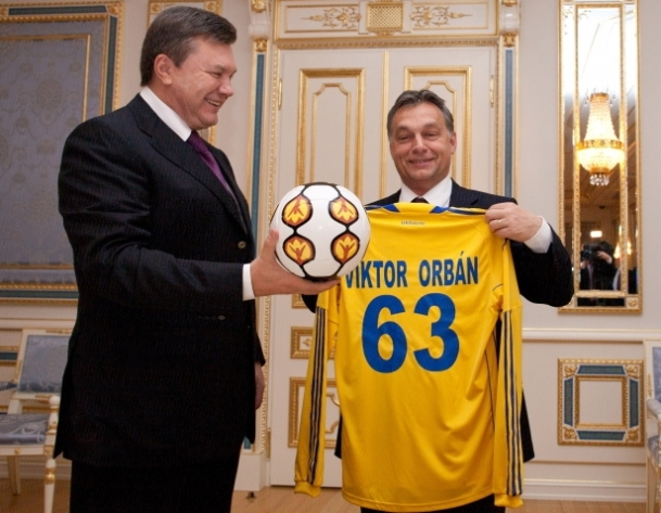 Viktor_Janukovics_bukott_ukran_elnok_Orban_Viktor_magyar_kormanyfo_kulpolitika_diplomacia_labda_foc_mez_futball_labdarugas_1